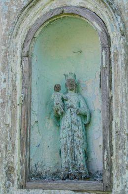 Figura Matki Boskiej z dzieciątkiem Jezus we wnęce kapliczki przydrożnej. Powidzko, gmina Żmigród, powiat trzebnicki.