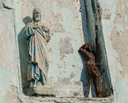 Figura Chrystusa we wnęce kapliczki przydrożnej. Powidzko, gmina Żmigród, powiat trzebnicki.
