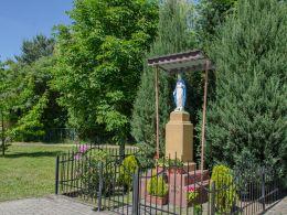Figura święta na cokole. Radziądz, gmina Żmigród, powiat trzebnicki.