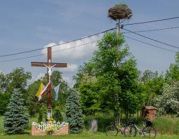 Krzyż drewniany z kapliczką stojący na rozstaju dróg. Ruda Żmigrodzka, gmina Żmigród, powiat trzebnicki.