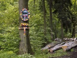 Przydrożna kapliczka, na drzewie. Wałbrzych, Wałbrzych.