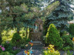 Kapliczka grota z figurą Matki Boskiej. Dziećmorowice, gmina Walim, powiat wałbrzyski.