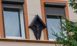 Kapliczka na budynku plebani. Głuszyca Górna, gmina Głuszyca, powiat wałbrzyski.