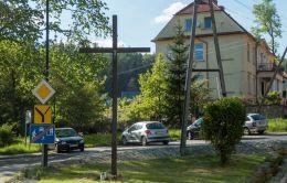 Przydrożny krzyż drewniany stojący na rozstaju dróg. Jedlina-Zdrój, powiat wałbrzyski.