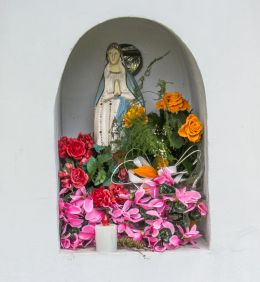 Kapliczka przydrożna murowana. Kamionka, gmina Mieroszów, powiat wałbrzyski.
