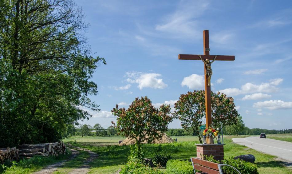 Przydrożny krzyż drewniany. Godzięcin, gmina Brzeg Dolny, powiat wołowski.
