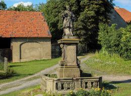Przydrożna figura św. Jana Nepomucena z XVIII w. Maniów Wielki, gmina Mietków, powiat wrocławski.