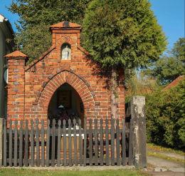 Kapliczka przydrożna domkowa z 1875 r. Nowa Wieś Kącka, gmina Kąty Wrocławskie, powiat wrocławski.