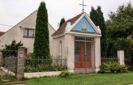 Przydrożna kapliczka domkowa. Żórawina, powiat wrocławski.
