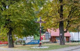 Drewniany krzyż przydrożny przy ulicy Krakowskiej. Bardo, powiat ząbkowicki.