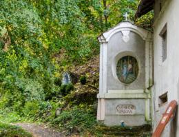 Kapliczka Proroctwa Symeona, stojąca pomiędzy stacjami Drogi Krzyżowej. Bardo, powiat ząbkowicki.