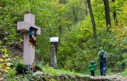 Krzyż betonowy przy drodze wiodącej na szczyt Kalwari. Bardo, powiat ząbkowicki.