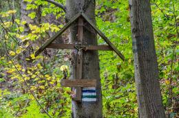 Przydrożny krzyż drewniany z 2009 r. z modlitwą Ojca Pio. Bardo, powiat ząbkowicki.
