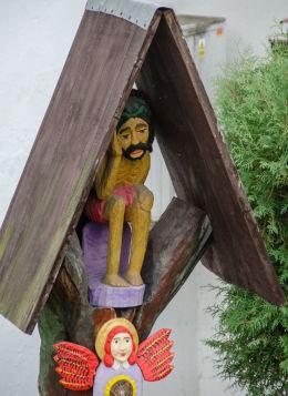 Drewniana kapliczka na słupku z figurą Jezusa Frasobliwego. Bardo, powiat ząbkowicki.