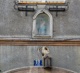 Przydrożna kapliczka na budynku przy ulicy Głównej 13. Bardo, powiat ząbkowicki.