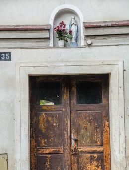 Kapliczka na budynku przy ulicy Głównej 35. Bardo, powiat ząbkowicki.