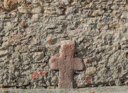 Krzyż pokutny w murze otaczającym kościół p.w. Św. Wawrzyńca. Budzów, gmina Stoszowice, powiat ząbkowicki.