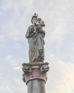 Pomnik ofiar ofiar I Wojny Światowej ufundowany w 1921 r. przez społeczność Dobkowa. Pprzedstawia figurę Matki Bożej Królowej Niebieskiej z Dzieciątkiem w ręku. Dobków, gmina Świerzawa, powiat złotoryjski.