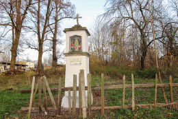 Kapliczka przydrożna ufundowana w XIXw. prawdopodobnie przez rodzinę Fischer. Dobków, gmina Świerzawa, powiat złotoryjski.