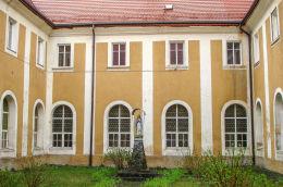 Kapliczka z figurą matki Boskie na dziedzińcu klasztoru św. Jadwigi. Złotoryja, powiat złotoryjski.