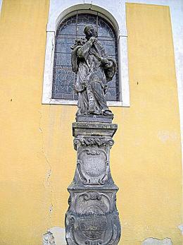 Figura św. Jana Nepomucena ufundowana w 1737 r. Kościół św.Jadwigi, ulica Klasztorna 18. Złotoryja, powiat złotoryjski.