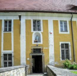 Figura N.M.P.we wnęce kościoła św.Jadwigi ul. Klasztorna 18. Złotoryja, powiat złotoryjski.