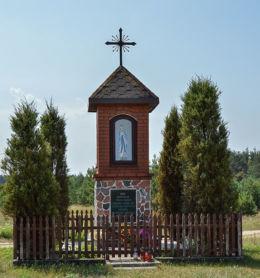 Przydrożna kapliczka stojąca w centrum wsi. Wierzchownia, gmina Górzno, powiat brodnicki.