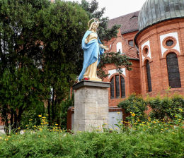 . Figura Matki Boskiej przy kościele Świętej Trójcy. Bydgoszcz, Bydgoszcz.