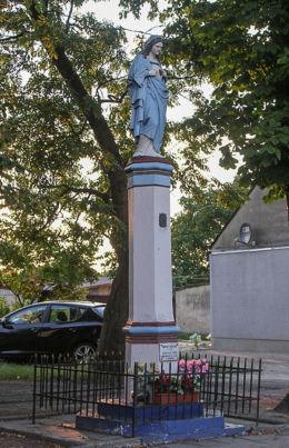 Przydrożna kolumna Maryjna stojąca w centrum wsi. Ostrowo, gmina Strzelno, powiat mogileński.