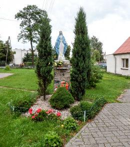 Fiugra Matki Boskiej przed plebanią kościoła św. Katarzyny Aleksandryjskiej. Rynarzewo, gmina Szubin, powiat nakielski.