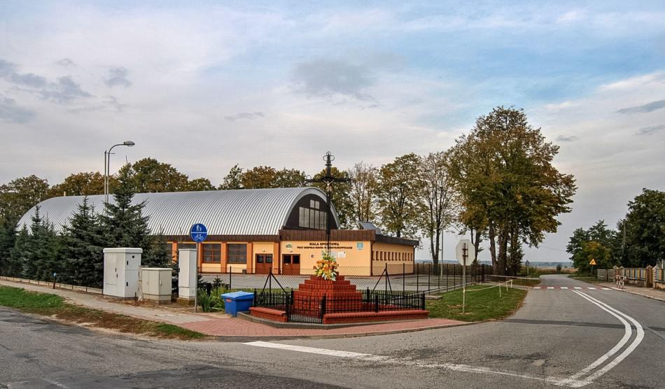 Krzyż przydrożny stojący na rozstaju dróg. Dzietrzkowice, gmina Łubnice, powiat wieruszowski.