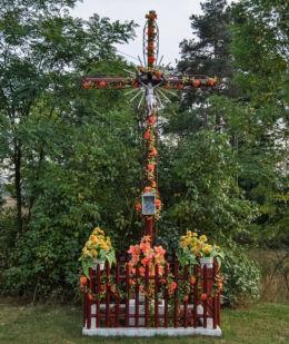 Krzyż przydrożny, metalowy. Brzozówka, gmina Łubnice, powiat wieruszowski.