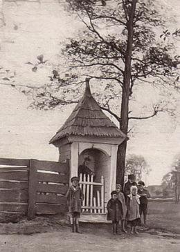 Przydrożna kapliczka z figurą św. Jana Nepomucena. Dzietrzkowice, gmina Łubnice, powiat wieruszowski.