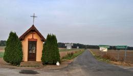 Kapliczka przydrożna domkowa murowana. Kolonia Dzietrzkowice, gmina Łubnice, powiat wieruszowski.