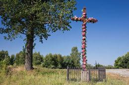 Przydrożny krzyż drewniany. Szostaki, gmina Łukowa, powiat biłgorajski.