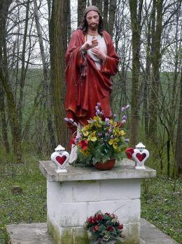 Przydrożna figura Chrystusa Błogosławiącego. Pierwotnie z piaskowca, później pomalowana przez okoliczna ludność. Hulcze, gmina Dołhobyczów, powiat hrubieszowski.