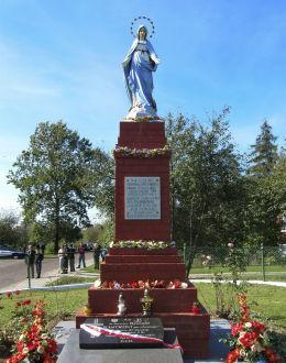 Przydrożna figura Matki Boskiej Niepokalanej Maryi. Rozkoszówka, gmina Uchanie, powiat hrubieszowski.