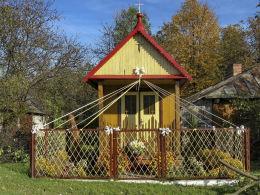 Kapliczka przydrożna domkowa, drewniana. Staszic, gmina Uchanie, powiat hrubieszowski.