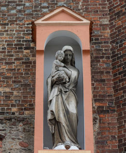 Kapliczka Matki Boskiej z Dzieciątkiem  przy kościele farnym. Kożuchów, powiat nowosolski.
