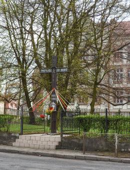 Przydrożny krzyż z kapliczką przy ulicy Chopina. Kożuchów, powiat nowosolski.