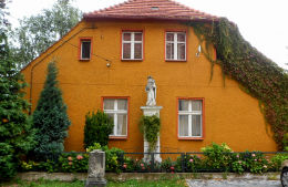 Figura Matki Bożej z Dzieciątkiem w murze plebanii. Nowe Miasteczko, powiat nowosolski.