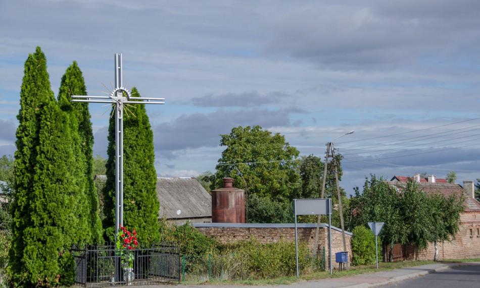 Krzyż metalowy stojący na rozstaju dróg. Lemierzyce, gmina Słońsk, powiat sulęciński.