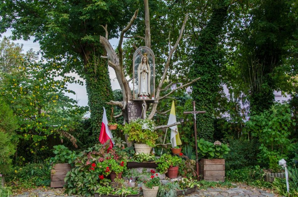 Kapliczka na drzewie przy kościele Matki Bożej Częstochowskiej w Słońsku. Słońsk, powiat sulęciński.
