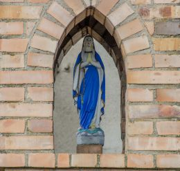 Figurą Matki Boskiej w kapliczce przydrożej. Jamno, gmina Słońsk, powiat sulęciński.