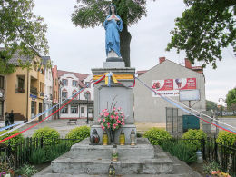 Przydrożna figura Matki Boskiej, dawniej pomnik poległych w pierwszej wojnie światowej. Sława, powiat wschowski.