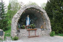 Grota Matki Boskiej przy kościele św. Jadwigi Śląskiej. Stare Strącze, gmina Sława, powiat wschowski.
