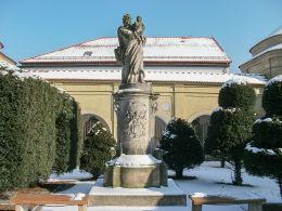 Barokowa figura św. Józefa z Dzieciątkiem na dziedzińcu klasztoru franciszkanów. Wschowa, powiat wschowski.