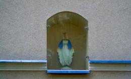 Kapliczka wnękowa z figurką Matki Boskiej nad wejściem do Ośrodka Opiekuńczego dla Dzieci. Wschowa, powiat wschowski.