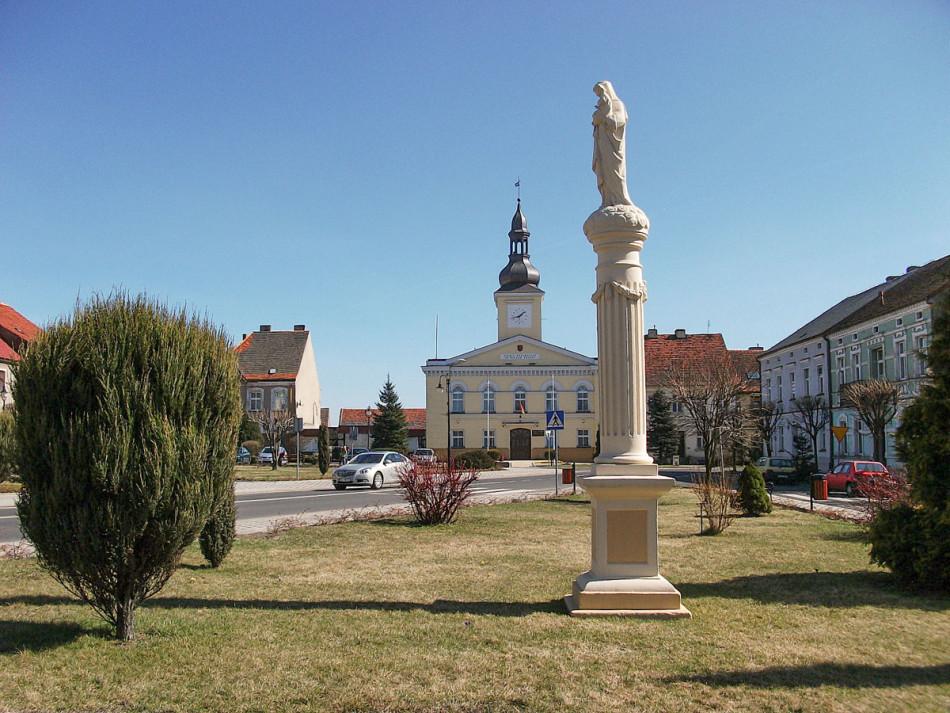 Przydrożna kapliczka słupowa, figura Matki Boskiej z Dzieciątkiem. Babimost, powiat zielonogórski.