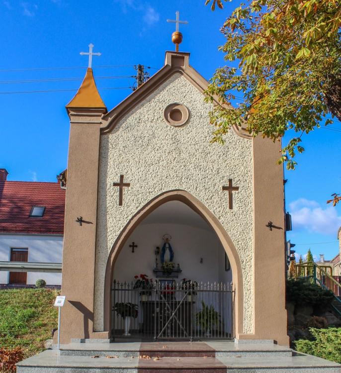 Kaplica Matki Bożej przy ulicy Powstańców Wielkopolskich, widok od ulicy Szkolnej. Nowe Kramsko, gmina Babimost, powiat zielonogórski.